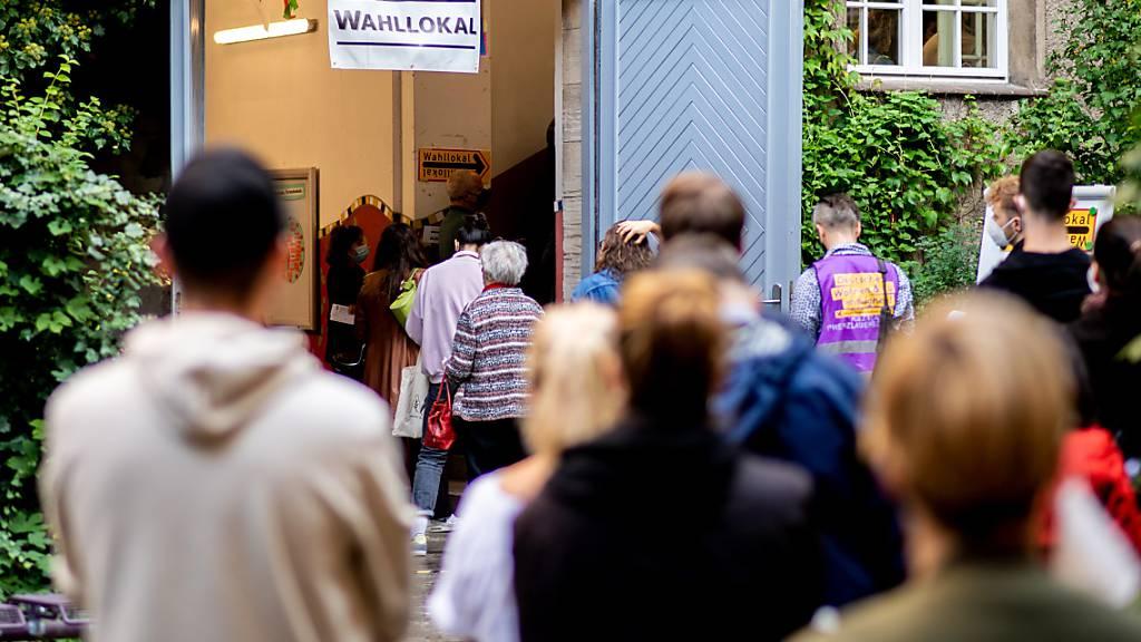 Warteschlangen und Pannen bei Wahlen in Berlin