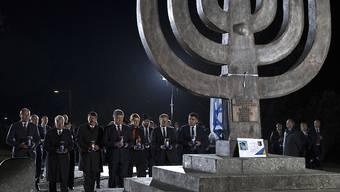 Gedenken an die mehr als 30'000 von Nazi-Deutschen und ukrainischen Kollaborateuren ermordeten Juden in Babi Jar in Kiew - unter ihnen der ukrainische Präsident Petro Poroschenko (4. von links)  und sein deutscher Amtskollege Joachim Gauck (2. von links).