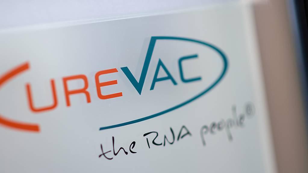 Das Logo des biopharmazeutischen Unternehmens CureVac steht mit dem Slogan «the RNA people» am Eingang des Unternehmens in Tübingen. Foto: Sebastian Gollnow/dpa