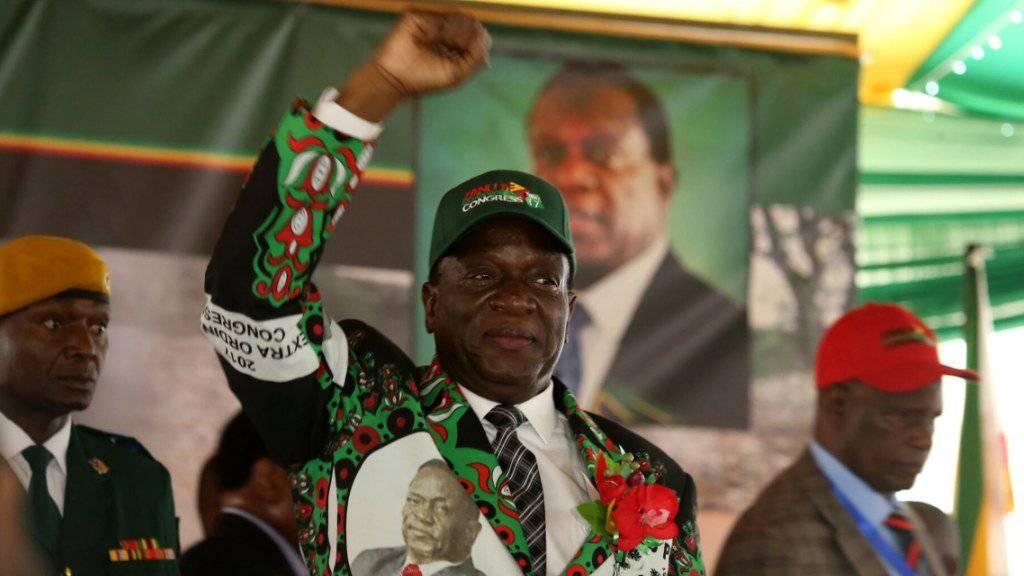 """Simbabwes neuer Präsident Emmerson Mnangagwas hat in einer Rede vor dem ausserordentlichen Kongress seiner Partei mit der Ära Mugabe abgeschlossen.  Seine brutalen Methoden als langjähriger Minister unter Mugabe hatten ihm den Spitznamen """"Krokodil"""" eingebracht.  (EPA/AARON UFUMELI)"""