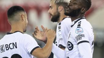 Freude bei den Xamaxiens: Torschütze Louis Mafouta und Musa Araz feiern das 2:0