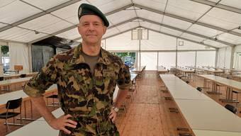 Oberst Philipp Wagner im Theorieraum Festzelt.
