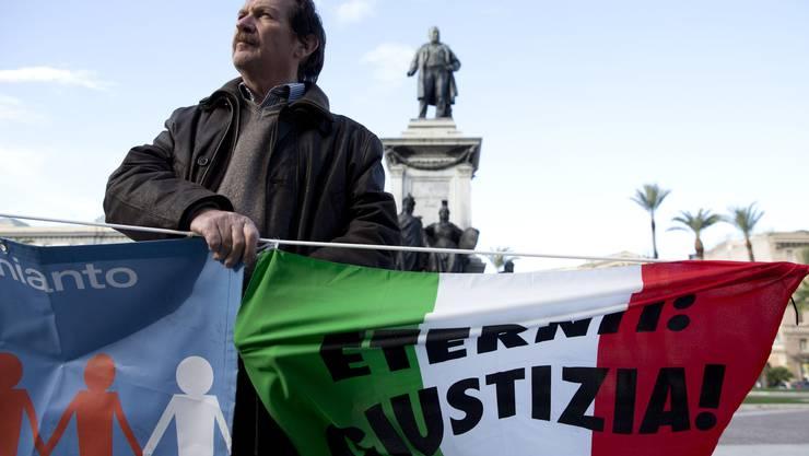 Ein Angehöriger eines Opfers protestiert vor Roms Justizpalast wo Italiens Kassationshof erwartet wird