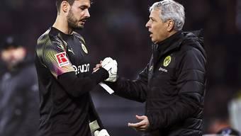 Shakehands zwischen Goalie Roman Bürki und Trainer Lucien Favre