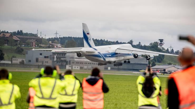 Das russische Transportflugzeug Antonov AN-124 hebt in Emmen ab.