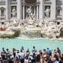 Wenn fast jeder Tourist und jede Touristin eine Münze über die Schulter in den Trevi-Brunnen wirft, kommt da so einiges zusammen in Rom.