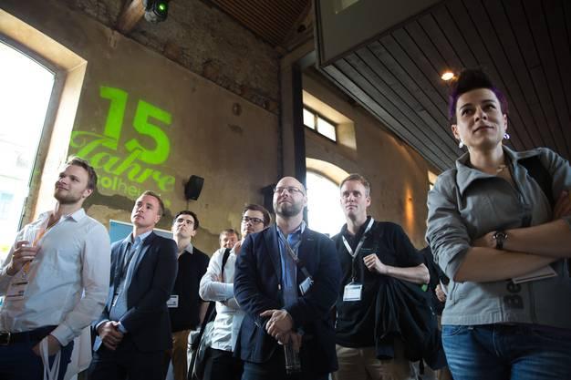 Am Sprungbrett-Event im Solheure (Talent-Apero) treffen sich Studierende und Firmenvertreter (HR-Verantwortliche) Sprungbrett-Events together