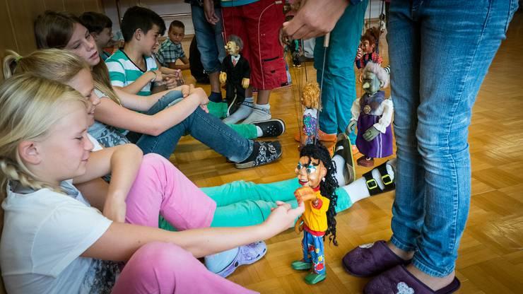 Die Puppen besuchen die Schüler