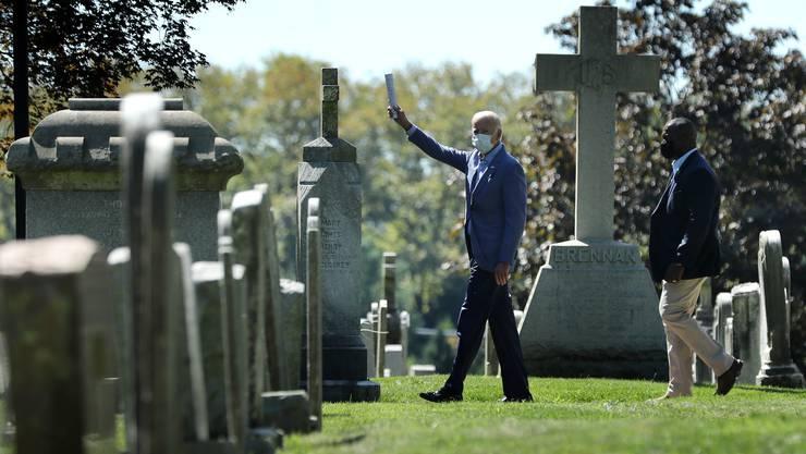 Gefolgt von einem Secret-Service-Agenten verlässt Joe Biden eine Kirche in Wilmington, in der er an einem Gottesdienst teilgenommen hatte.