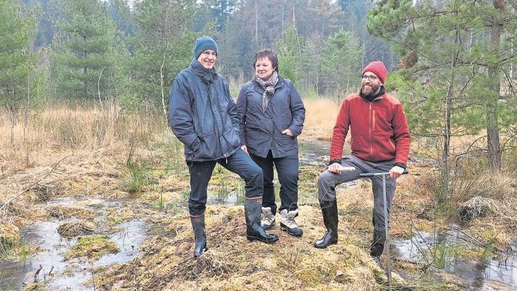 Sie freuen sich über die erfolgreiche Regeneration des Hochmoors in Staffeln: Thomas Egloff vom Kanton (links), Bremgartens Vizeammann Doris Stöckli und Markus Camastral vom Büro Naturplan.