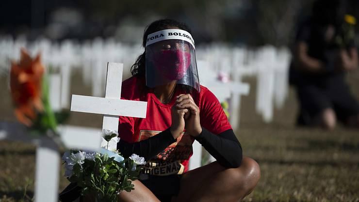 Mit einer Installation aus Kreuzen wird in Brasilien der Opfer gedacht.