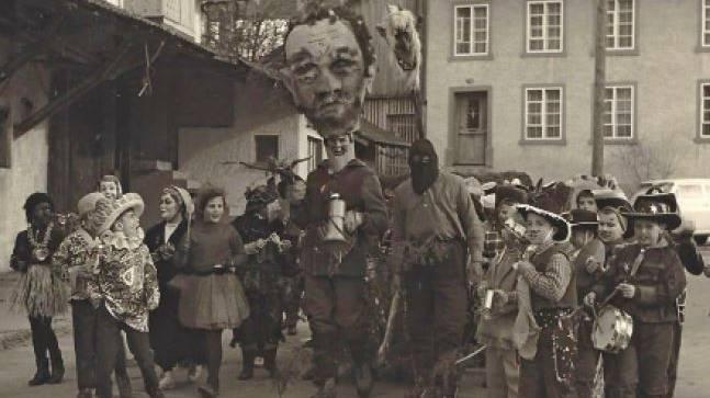 Vor dem ersten Umzug 1968 gab es in Würenlingen die Strassenfasnacht (Bild: 1965).
