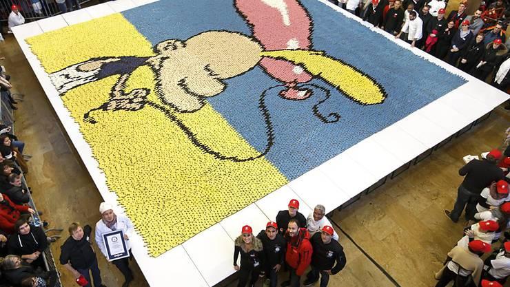 Weltrekord in Genf: Comic-Held Titeuf mit Kondom, geformt aus 23'700 Eclairs. Das Bild ist 80,27 Quadratmeter gross.