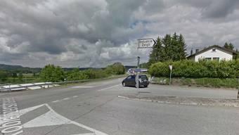 Der Unfallort: Von rechts auf der Hardstrasse kamen beide Autos an die Kreuzung, als das hintere in das Heck des vorderen kollidierte.