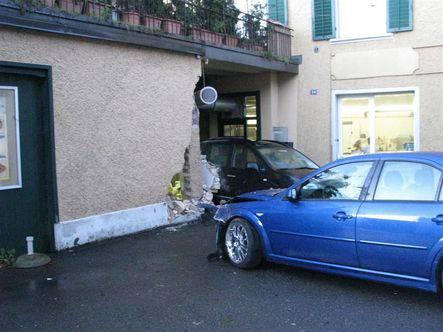 Hier donnerte der Lenker des blauen Ford hinein.