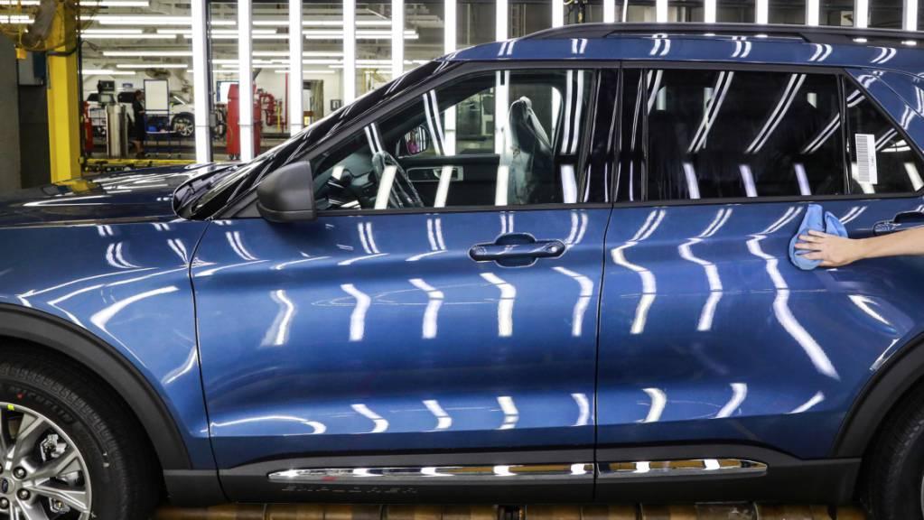 Der US-Autobauer Ford muss in einer grossen Rückrufaktion in Nordamerika über 660'000 Autos des Typs Ford Explorer in die Garagen zurückrufen. Es wird befürchtet, dass sich Leisten vom Dach der Fahrzeuge lösen könnten.(Archivbild)