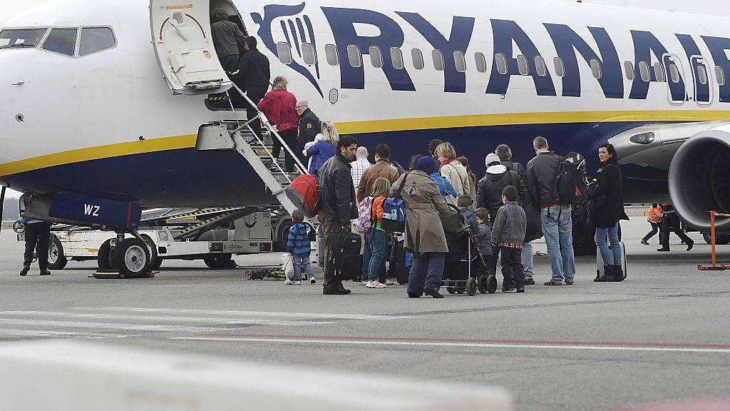 Passagiere steigen in ein Ryanair-Flugzeug: Nach Willen eines Gerichts sollen sie mehr Zeit bekommen, Entschädigungen von Ryanair einzufordern (Archiv).