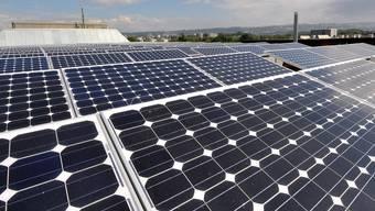 Gemäss Prognosen soll die Photovoltaikanlage auf dem Dach der Alterssiedlung in den ersten Jahren einen Ertrag von rund 166 000 Kilowattstunden. Dies entspreche dem Verbrauch von 30 bis 40 Haushalten und liegt knapp über dem Verbrauch der Alterssiedlung. (Symbolbild)
