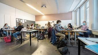 Eine ELMA-Klasse beim begleiteten selbstorganisierten Lernen in ihrem Klassenzimmer.