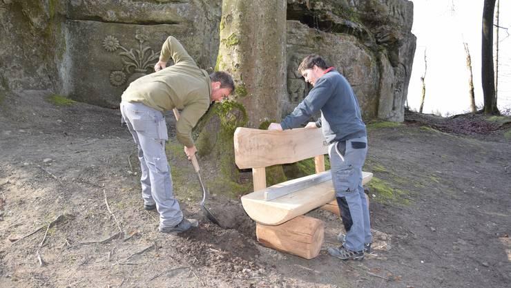 Mit vereinten Kräften platziert das «Murimoos»-Team die Holzbank.