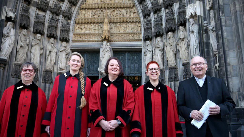Die ersten vier Domschweizerinnen im Kölner Dom.