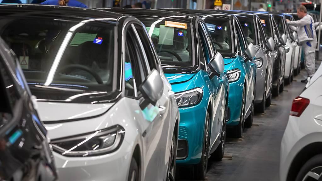 Der positive Trend bei den Elektro- und Hybridautos hellt das Bild der 2020 insgesamt stark rückläufigen Verkäufe bei Volkswagen etwas auf – im Bild Produktion des E-Autos ID.3 in Zwickau. (Archivbild)