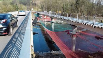 Ende April ist die Eröffnung geplant der neuen Brücken für die Fussgänger und Velofahrer über die Aare und den Unterwasserkanal. Diese Woche werden Abdichtungsarbeiten im Bereich der Widerlager ausgeführt.