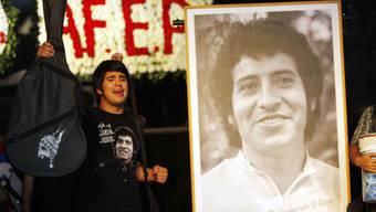Fast 45 Jahre nach der Ermordung des chilenischen Sängers Víctor Jara sind ehemalige Militärs zu Gefängnisstrafen verurteilt worden. (Archivbild)