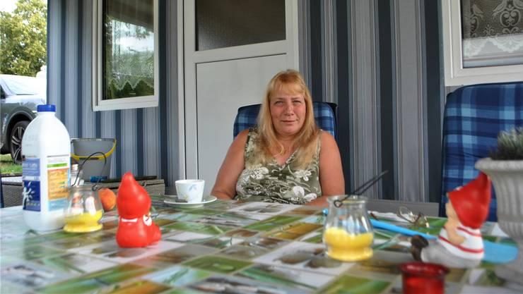 Priska Häring (55) vor ihrem Wohnwagen auf dem Campingplatz in Frick.