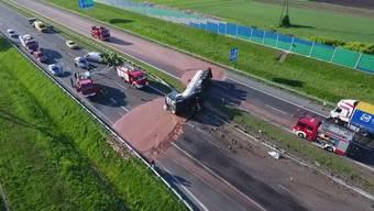 Süsse Versuchung auf der Autobahn: Zwölf Tonnen flüssige Schokolade haben sich am Mittwoch in Polen über eine Schnellstrasse ergossen.