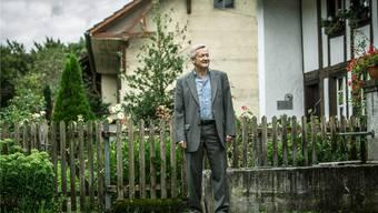 Gemeindeammann Ruedi Hediger beim Dorfmuseum, das den ländlichen Charakter der Gemeinde repräsentiert.