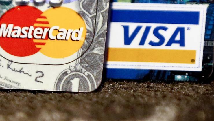 Eine 32-jährige Frau ist mit gestohlenen Kreditkartendaten auf Einkaufstour gegangen. Die Polizei hat sie verhaftet. (Symbolbild)