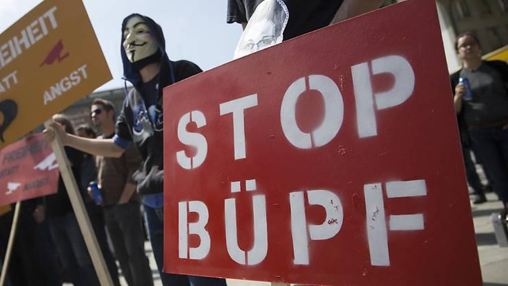 Demonstranten protestieren 2014 gegen das Bundesgesetz betreffend die Überwachung des Post- und Fernmeldeverkehrs (BÜPF). Das Gesetz dürfte nun wohl in Kraft treten. Für ein Referendum kamen die Unterschriften zu spät zusammen - für die Beglaubigung reichte es nicht mehr.