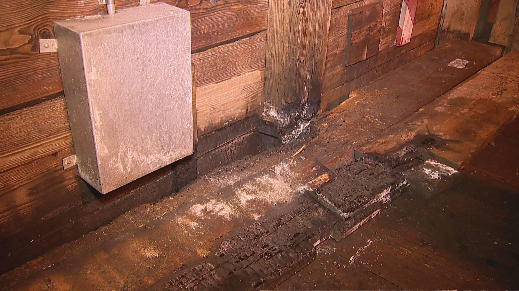 Als die Feuerwehr eintraf, versuchte ein Passant bereits, das Feuer zu löschen. (Bild: Beat Kälin)