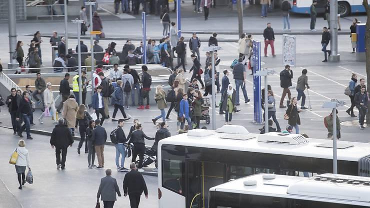 Die Verkehrskommission des Nationalrates will das Umsteigen zwischen verschiedenen Verkehrsmitteln erleichtern. Der Bundesrat soll ein Busterminal-Konzept erarbeiten. Im Bild der Busterminal vor dem Bahnhof Luzern.