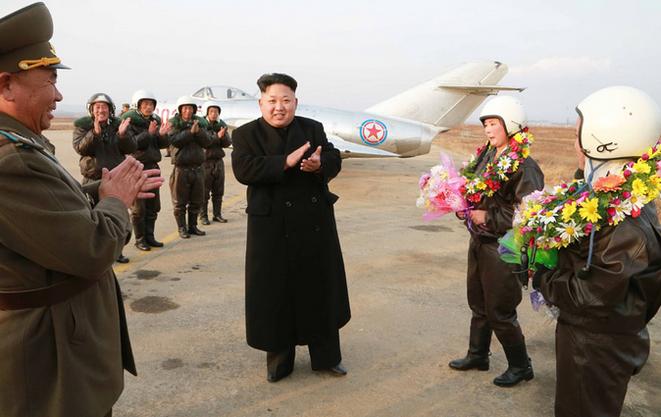 Ein sichtlich fröhlicher Kim Jong Un gratuliert seinen ersten Kampfjetpilotinnen.