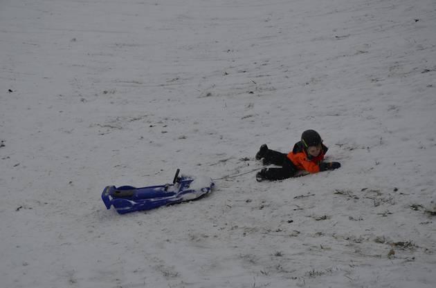 Beim ersten grossen Schnee im Jahr schlitteln Kinder mit ihren Eltern oder Grosseltern auf der Baldegg in Baden.