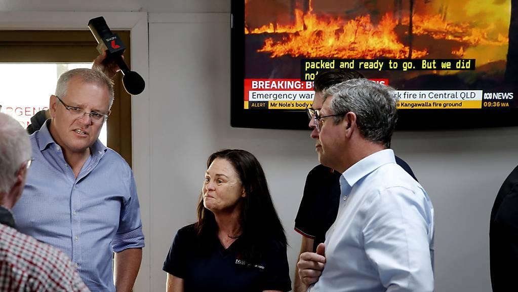 Australiens Premierminister Scott Morrison (links) wurde kritisiert, weil er auf Hawaii Urlaub machte, während zu Hause 10'000 Feuerwehrleute, Polizisten und Sanitäter gegen die verheerenden Buschbrände im Einsatz standen. (Archivbild)