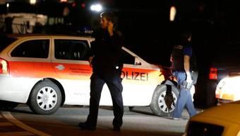 Polizisten bei Strassensperre in Zizers