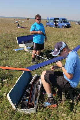 Heinz (hinten) und Michael Bleuer bereiten ihre F1A-Modelle für den Wettkampf vor.