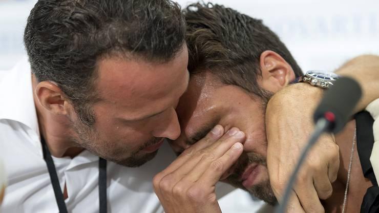 Unter Tränen beim Rücktritt: Sportchef Streller nimmt Delgado in den Arm.
