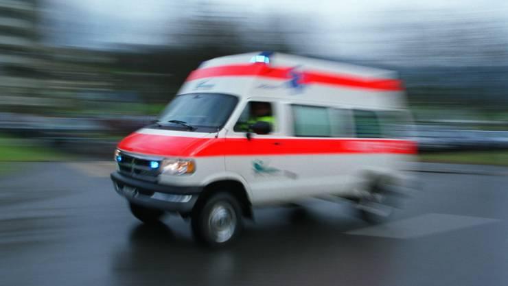 Eine Ambulanz bringt den Mann ins Spital. (Symbolbild)