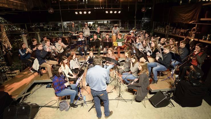 """Musikalische Töne in ungewohnter Umgebung: Das Jugendspiel Surbtal """"rockte"""" im Gartencener in Lengnau."""