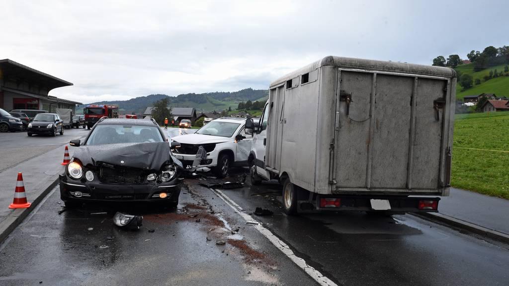 Frontalkollision zwischen mehreren Autos – zwei Verletzte