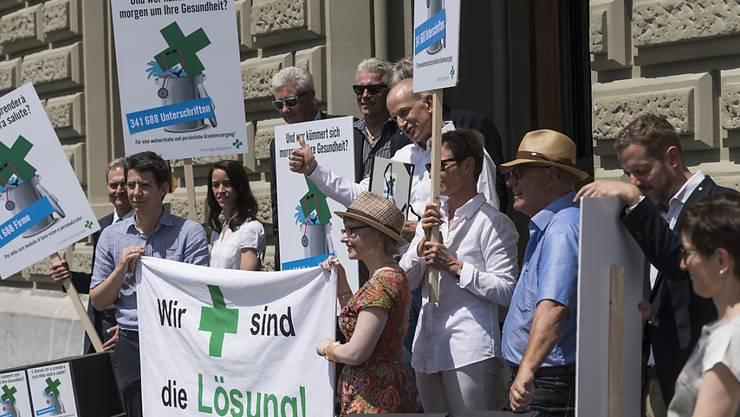 Vertreter und Vertreterinnen des Apothekerverbandes Pharmasuisse reichen bei der Bundeskanzlei ihre Petition gegen geplante Abbaumassnahmen im Gesundheitswesen ein.