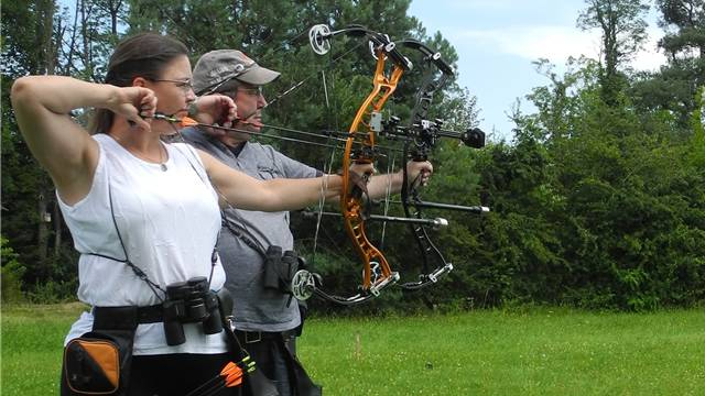 Helga Pongratz und Andy Wirth beim Bogentraining mit Compoundbögen.
