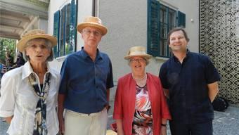 Yvonne Amsler, Stephan Stäger, Elisabeth Zimmermann-Mäschli und Silvio Muriset (von links) vor dem Strohmuseum Im Park.