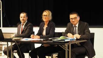 Erklärten die Asylunterkunft in Laufenburg: (v. l.) ORS-Vertreter René Burkhalter, Regierungsrätin Susanne Hochuli und Generalsekretär Stephan Campi.