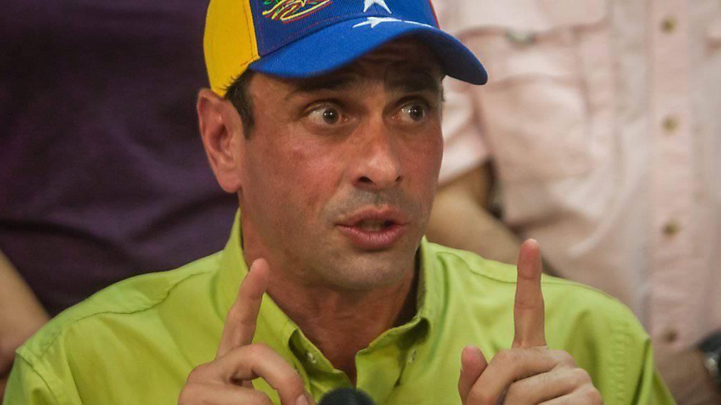«Mission erfüllt»: Venezuelas Oppositionsführer Henrique Capriles spricht vor den Medien in Caracas über das Abwahl-Prozedere Maduros.