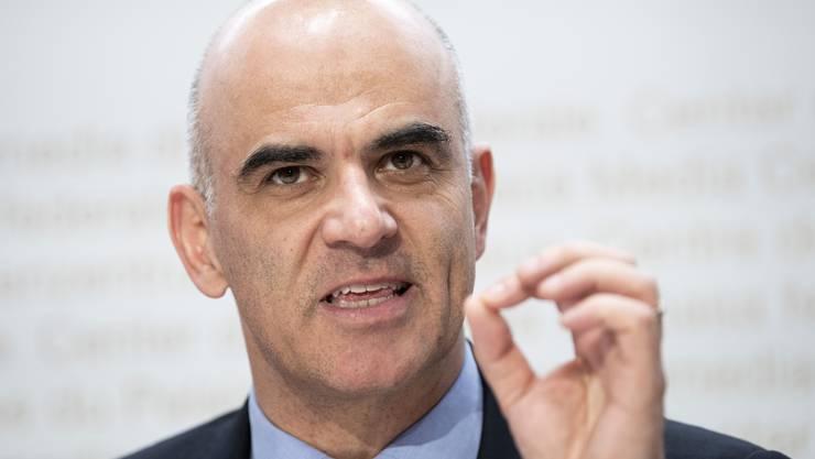 Bundesrat Alain Berset hat am Freitag die Pläne für die Reform der 2. Säule präsentiert. Er stützt sich auf einen Kompromiss von Gewerkschaft und Arbeitgeberverband.